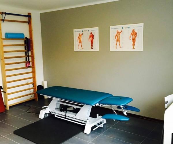 fizjoterapia w bochni gabinet wyposażony w łożko rehabilitacyjne